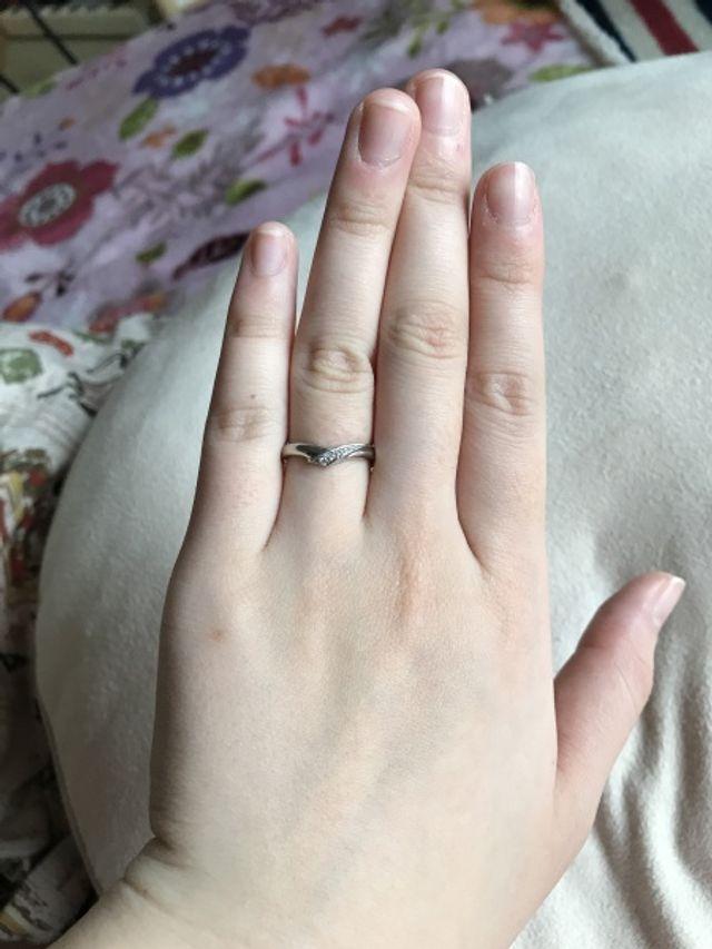 トップに小さなダイヤがちりばめてあります。