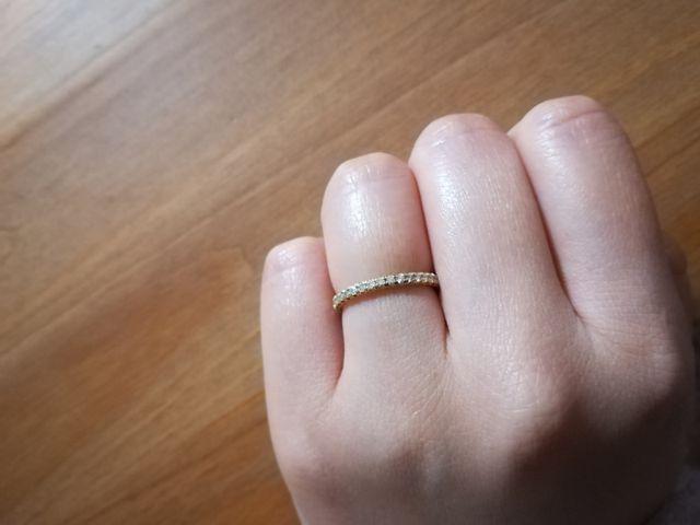 装着すると細身で、結婚指輪とも重ね付けできます