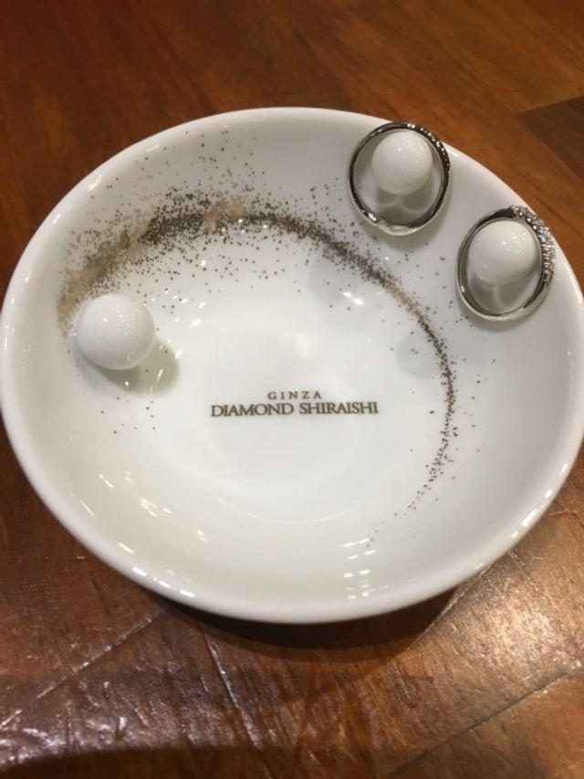 2人の結婚指輪と購入特典の陶器のリングピローです。