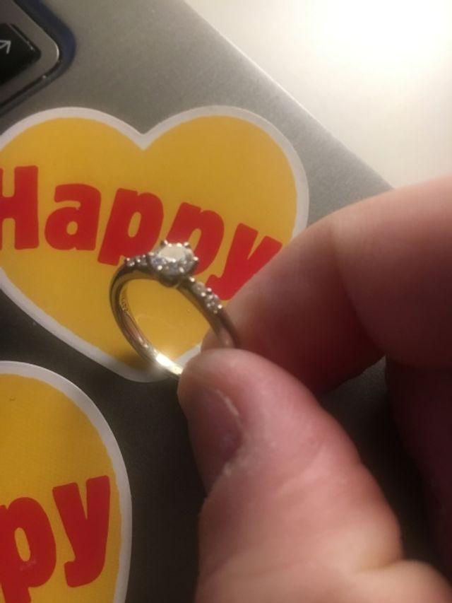 お気に入りの婚約指輪!結婚後も付けてくれてます(~_~;)