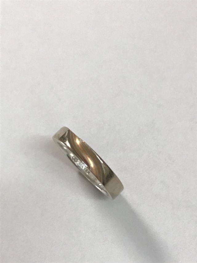 グリ彫りを部分的に入れ、内側に名前とダイヤを入れました。