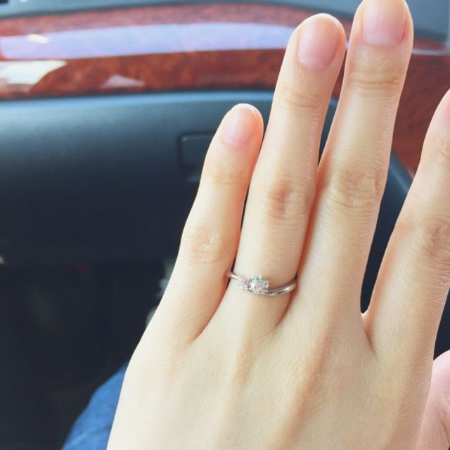 左がピンクダイヤで真ん中はダイヤモンドです。