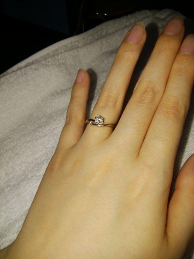 中心のダイヤがとても綺麗です