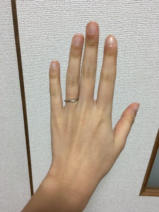 指輪の緩やかな形が綺麗、指を長く見せる効果もありそうです。