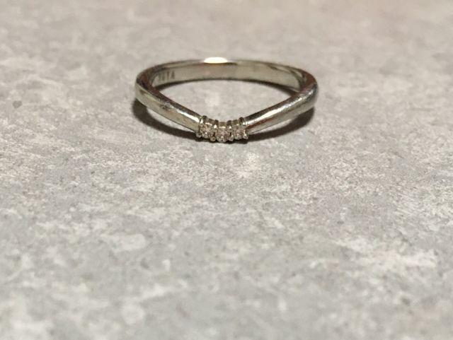 細めで繊細なため中央の3石のメレダイヤが目立ちます。