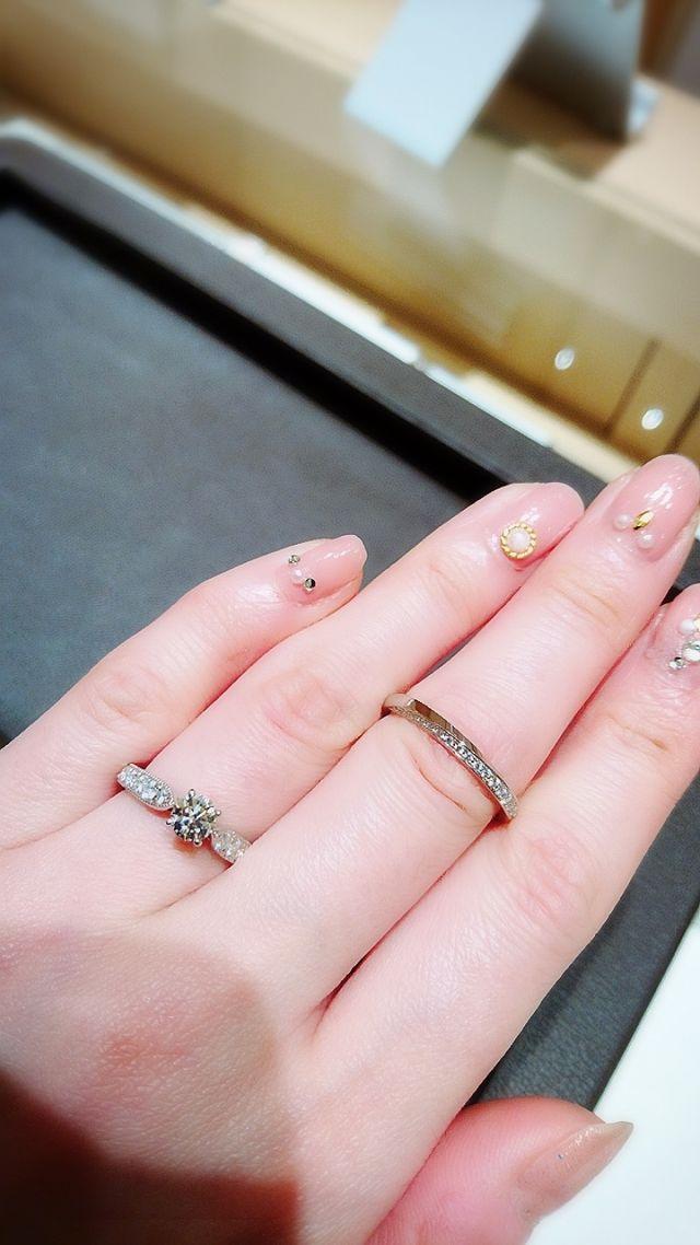 左が婚約指輪