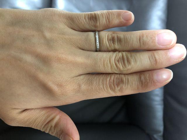 ダイヤモンドが斜めにちりばめてあり手をより長く見せてくれる。