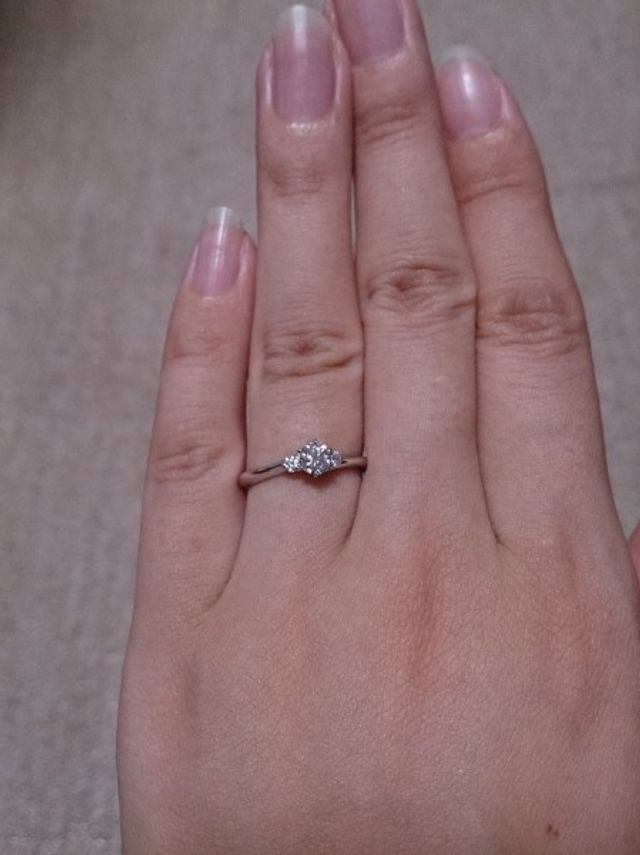 立て爪で真ん中に大きめのダイヤ1つ、左右に小さめのダイヤ2つ