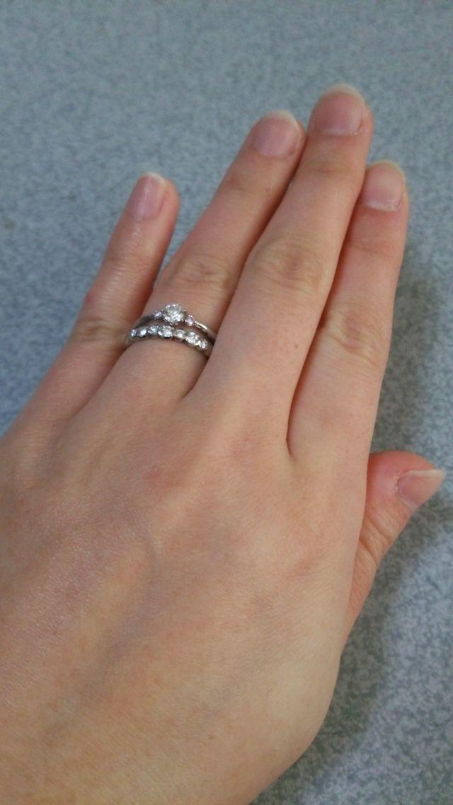 婚約指輪と重ねても可愛くてお気に入りです。