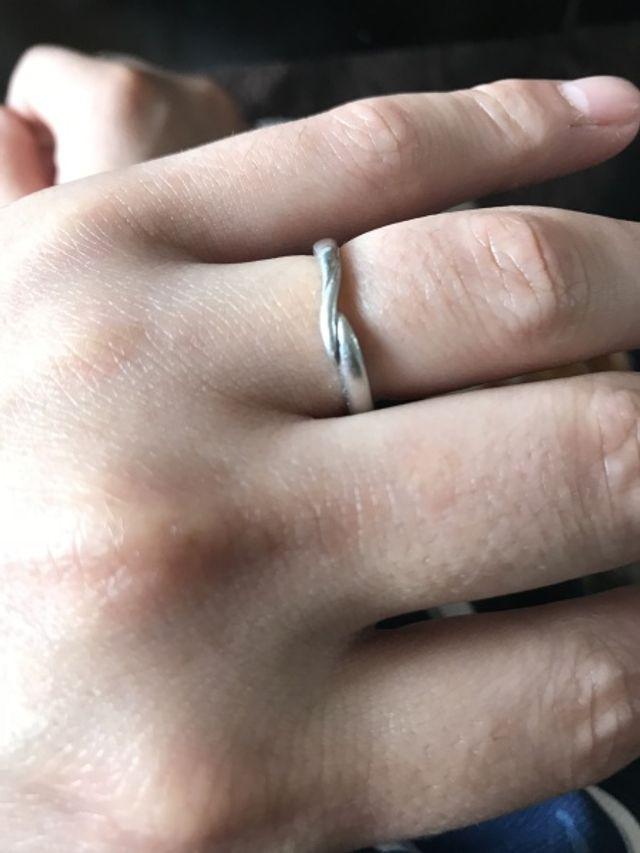 ごつごつとした指に繊細な指輪を着用しています。