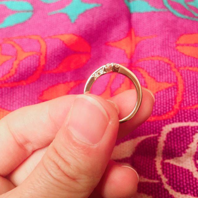 側面にもダイヤが2つ。ダイヤの出っ張りが少ないです。