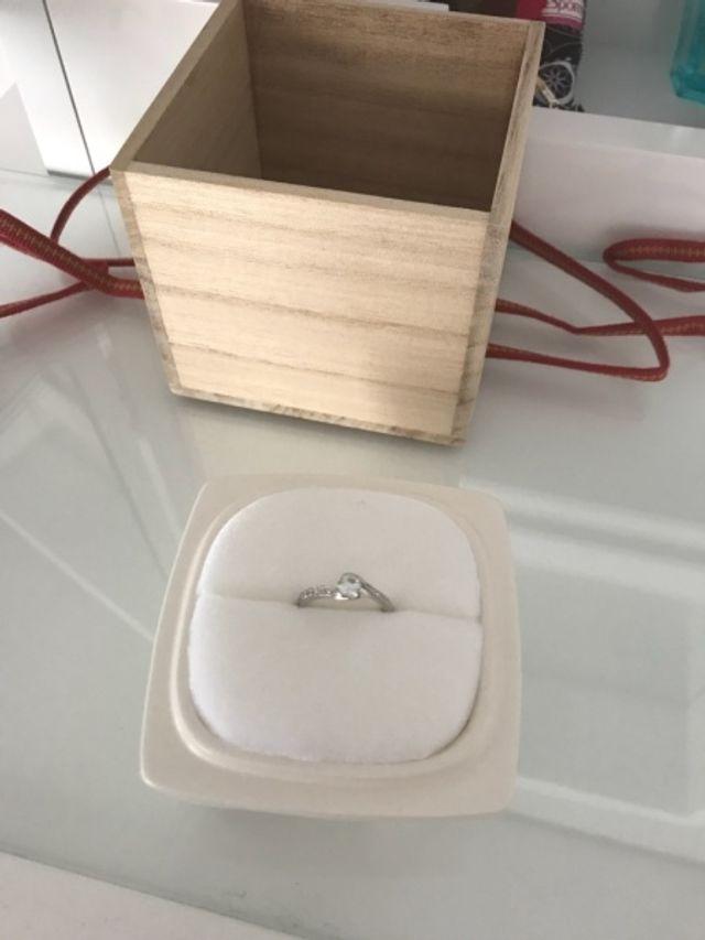 木箱の中に陶器、その中に指輪です。