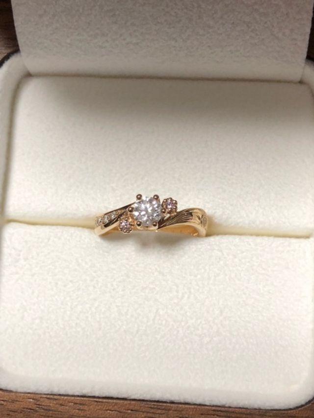 真ん中にダイヤモンド、サイドはピンクダイヤモンドの婚約指輪