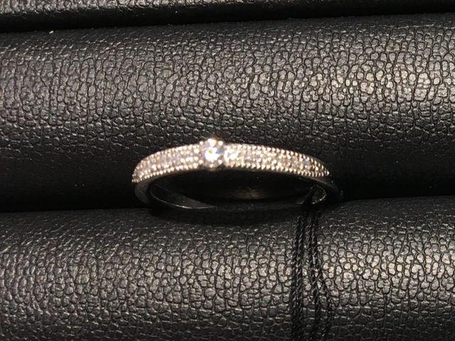 ダイヤがぎっちりつまっていて、真ん中には大きなダイヤ