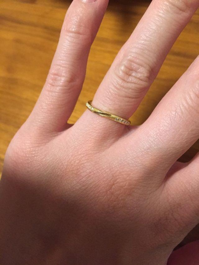 婚約指輪と重ねて付けたかったので華奢なデザインにしました