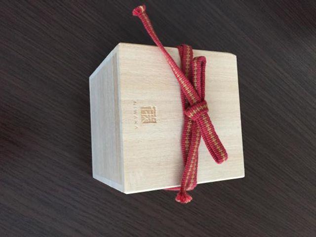 リングケースを納める桐箱です。赤い真田紐で結びます。