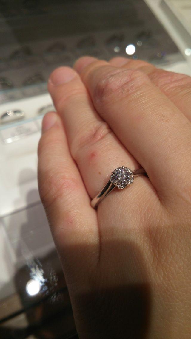 カメリアのような形です。メレダイヤでダイヤが大きく見えます。