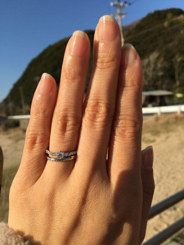 同じくシライシさんで購入した婚約指輪と重ね付けした写真です。