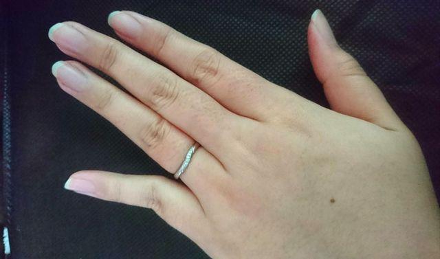 4℃オリジナルので、指が細く長く見えるタイプの指輪です。