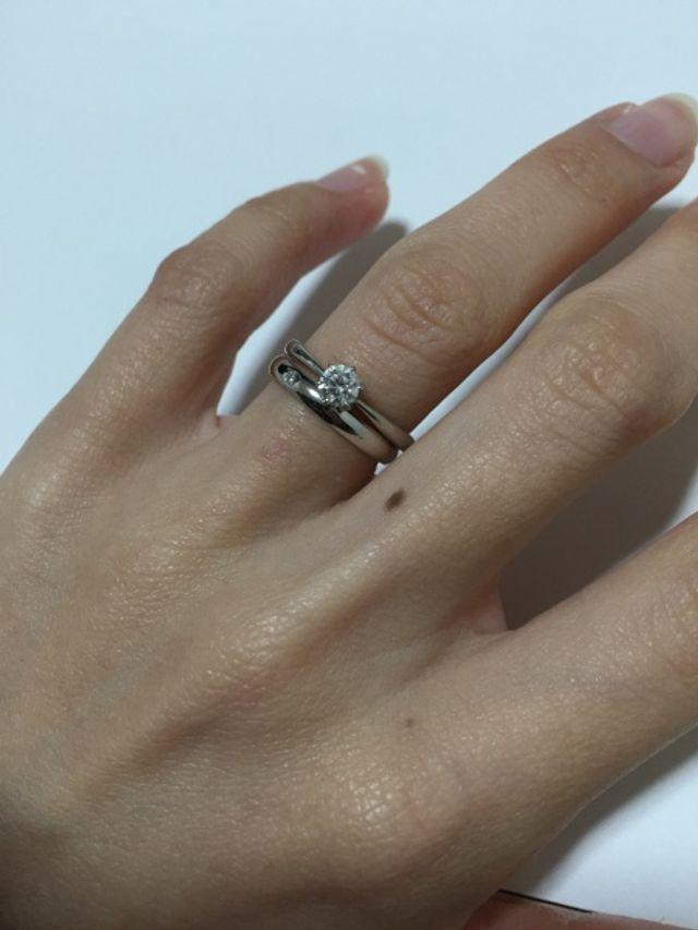 デザインもシンプルで、つけ心地もよく、婚約指輪との重ね付けにも向いていたので、購入しました。旦那さんとペアで購入しましたが、どちらの指にも馴染んでくれて、