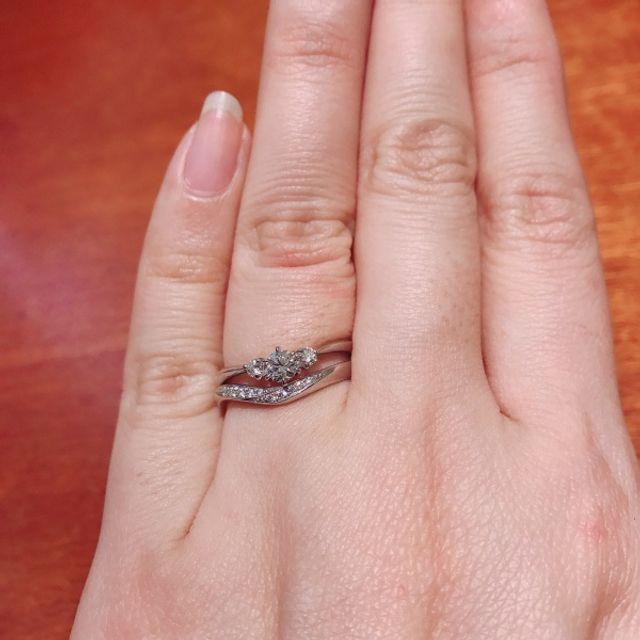重ね着けの上側が婚約指輪です。