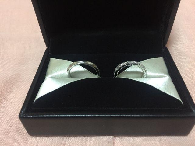 女性用はエタニティリングで形の違うダイヤを交互に配置された物
