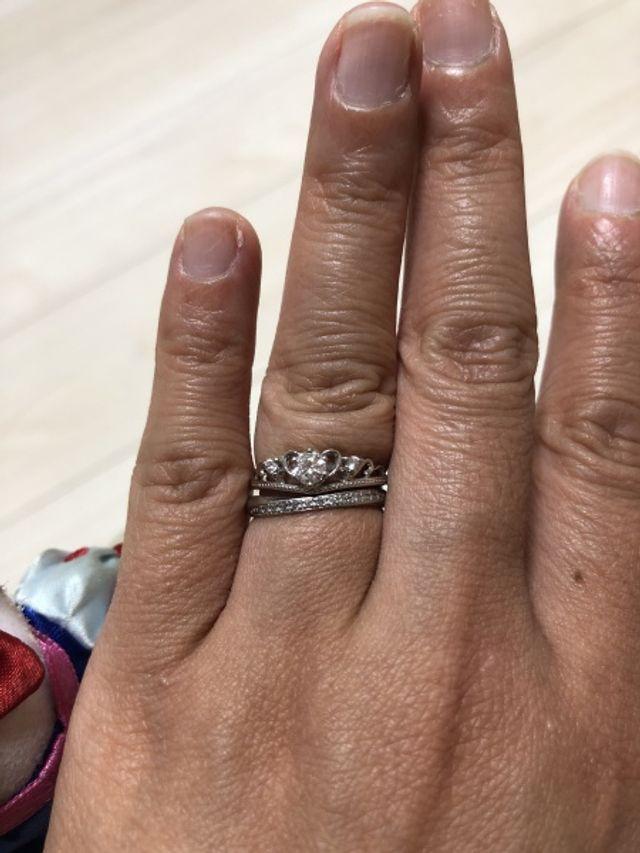 結婚指輪との重ね付けの愛称も良いです。