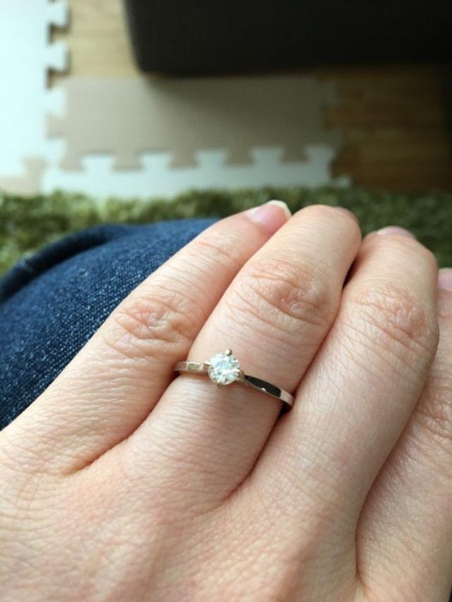 婚約指輪 月日です。ダイヤをあしらったデザインです。