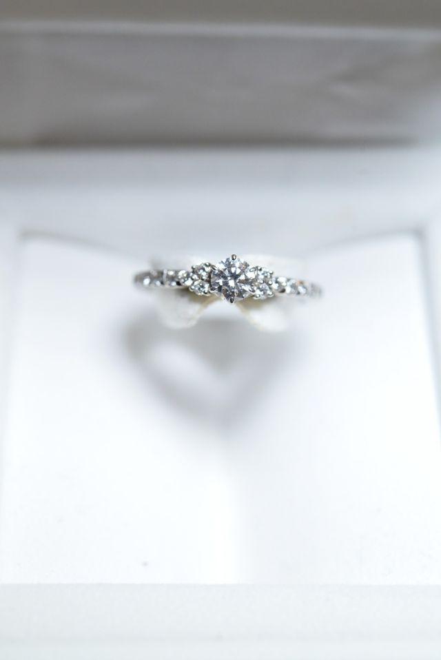 メインのダイヤの脇のダイヤ、そしてハーフエタニティ