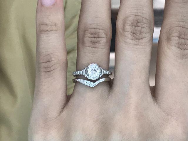 婚約指輪と重ねづけしたところです