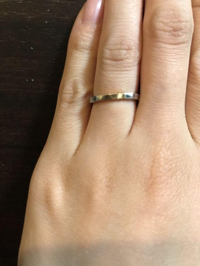 プラチナに一部ブラウンゴールドを入れた槌目模様の指輪です。