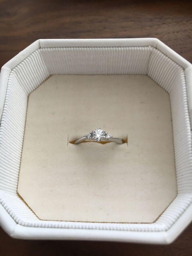 真ん中のダイヤモンドの両サイドに小さなダイヤモンドがあります