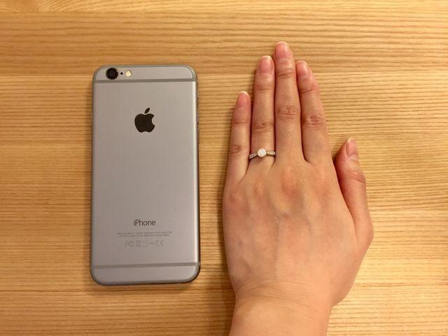 指は細く骨張っており、色白ではありませんが白いと言われます