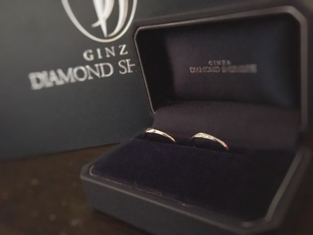 男性用がシンプルで、女性用がダイヤモンドの入ったリング