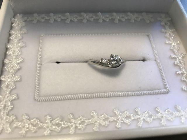 奥さんの婚約指輪です。ダイヤがサイドにも流れるデザインです。