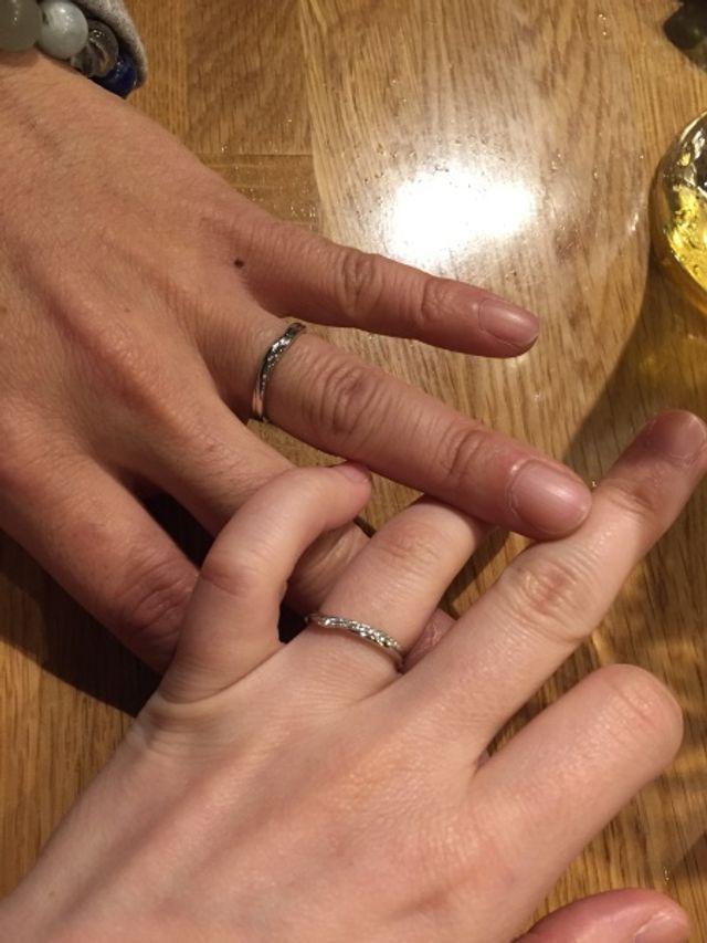お互い手が小さめなので華奢なリングにしました。