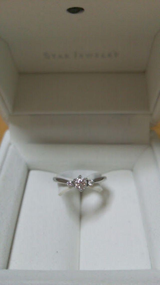小さいダイヤを両端にセッティングしています。