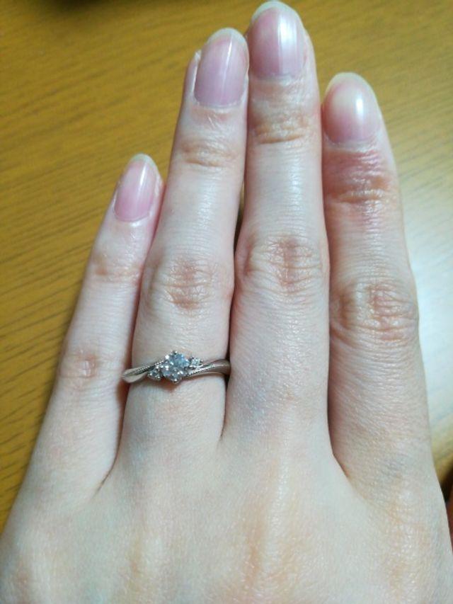 ダイヤの外側のミル打ちが指輪の美しさを際立てます。