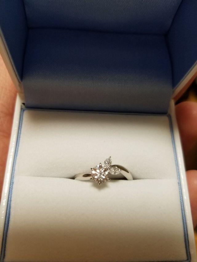 頂いた婚約指輪です。お店を何軒も巡ってやっと出会えました。