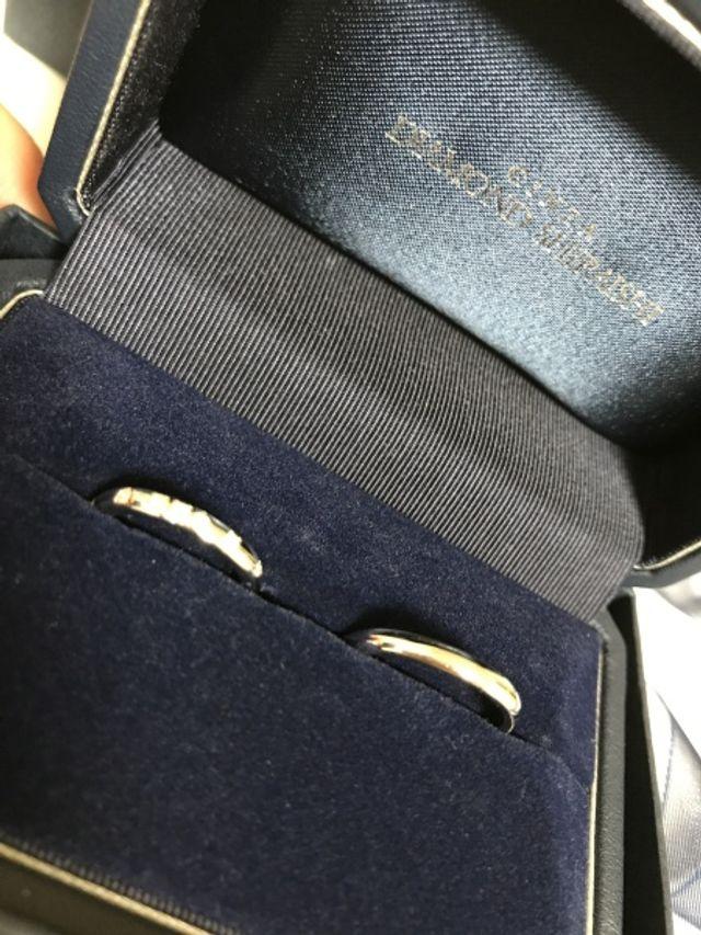 シンプルなデザインと、ダイヤモンドが7つあるものです。