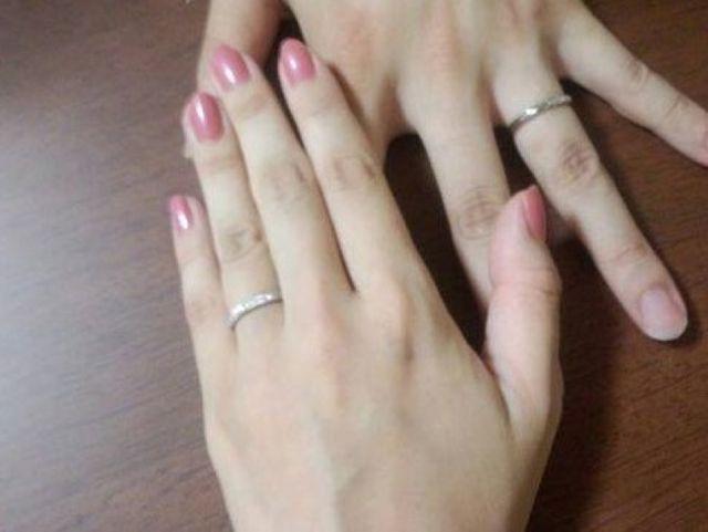 妻には0.1Cダイヤ+メレ&夫にはブラックダイヤ