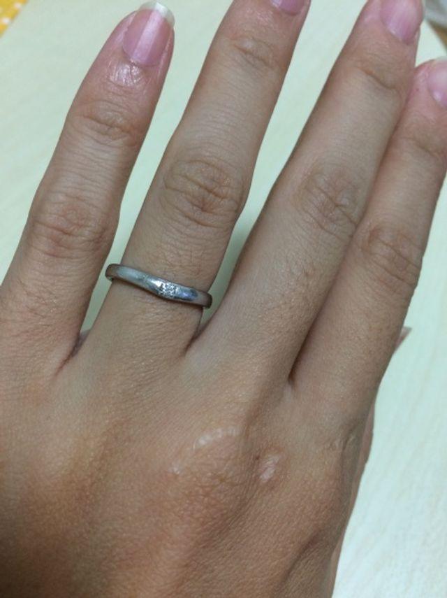 緩やかなV字のリングにスクエア型の一粒ダイヤ。