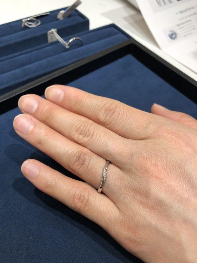 シンプルですがダイヤの輝きが美しく上品な感じです。