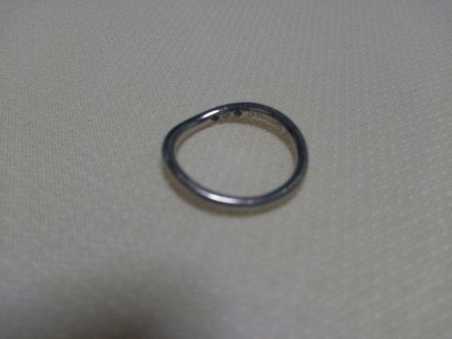 指輪の内側に誕生石を埋め込みました
