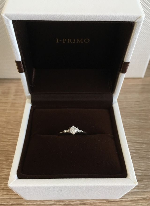 左右に2粒ずつメレダイヤのあるデザイン