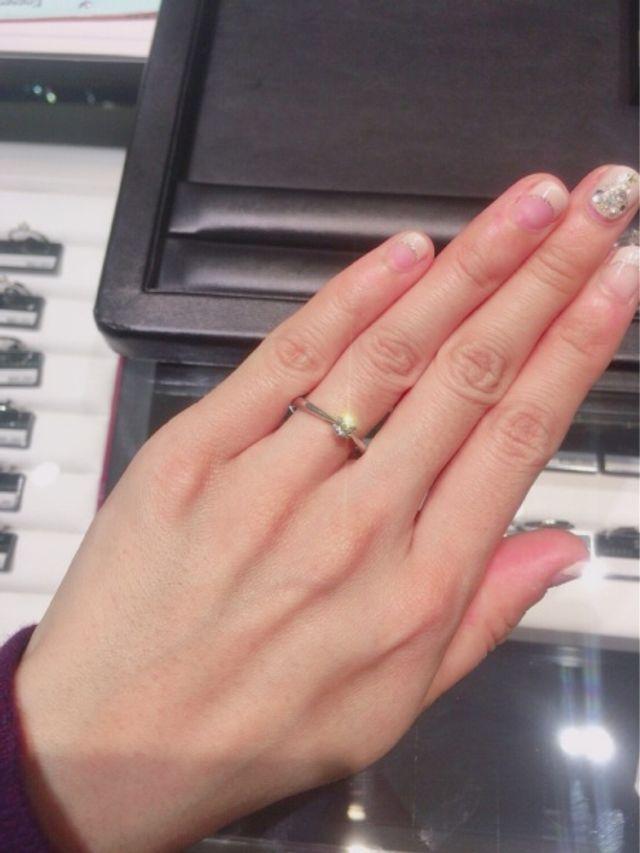 ダイヤに向かってリングが細くなっていて、指が長く見えます。