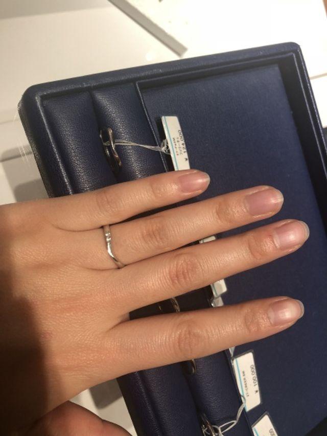 V字の部分に少しだけダイヤモンドの入った指輪