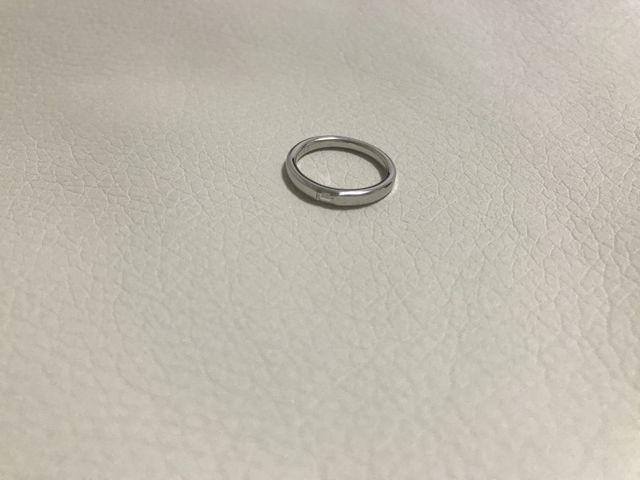 とてもシンプルでダイヤが埋め込まれているタイプです。
