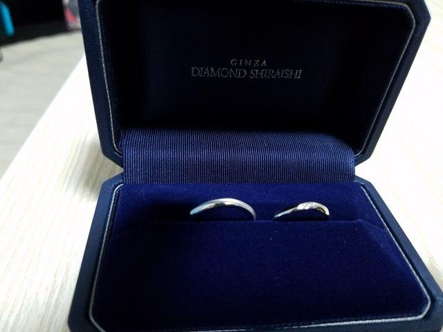 右が女性のアミュレット、左が男性のつや消し加工をした指輪です