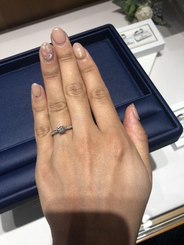 細身のデザインでメレダイヤモンドも綺麗で着け心地も良いです